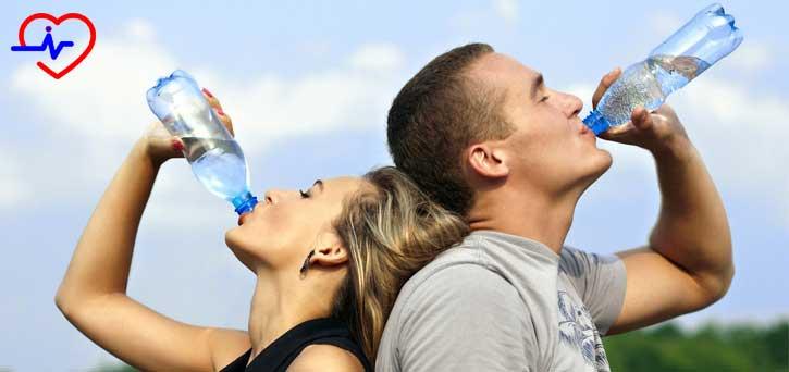 kadın erkek su içiyor