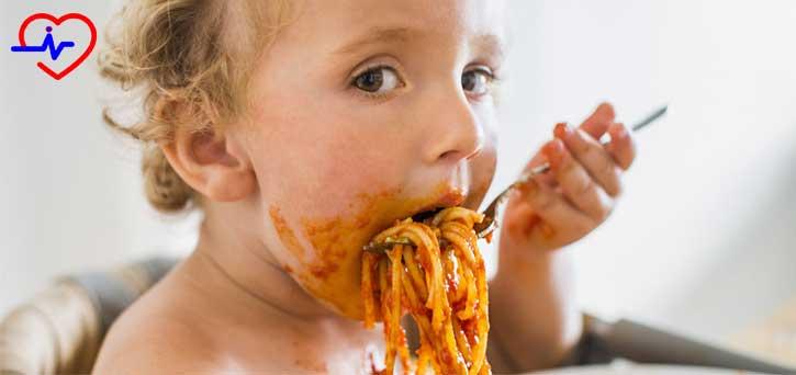 spagetti yiyen çocuk